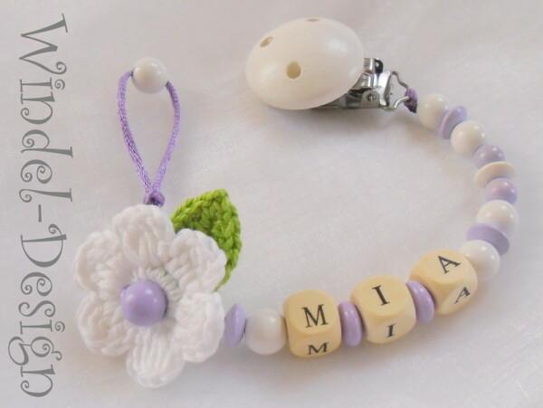 Schnullerkette mit Blume in weiß/lila